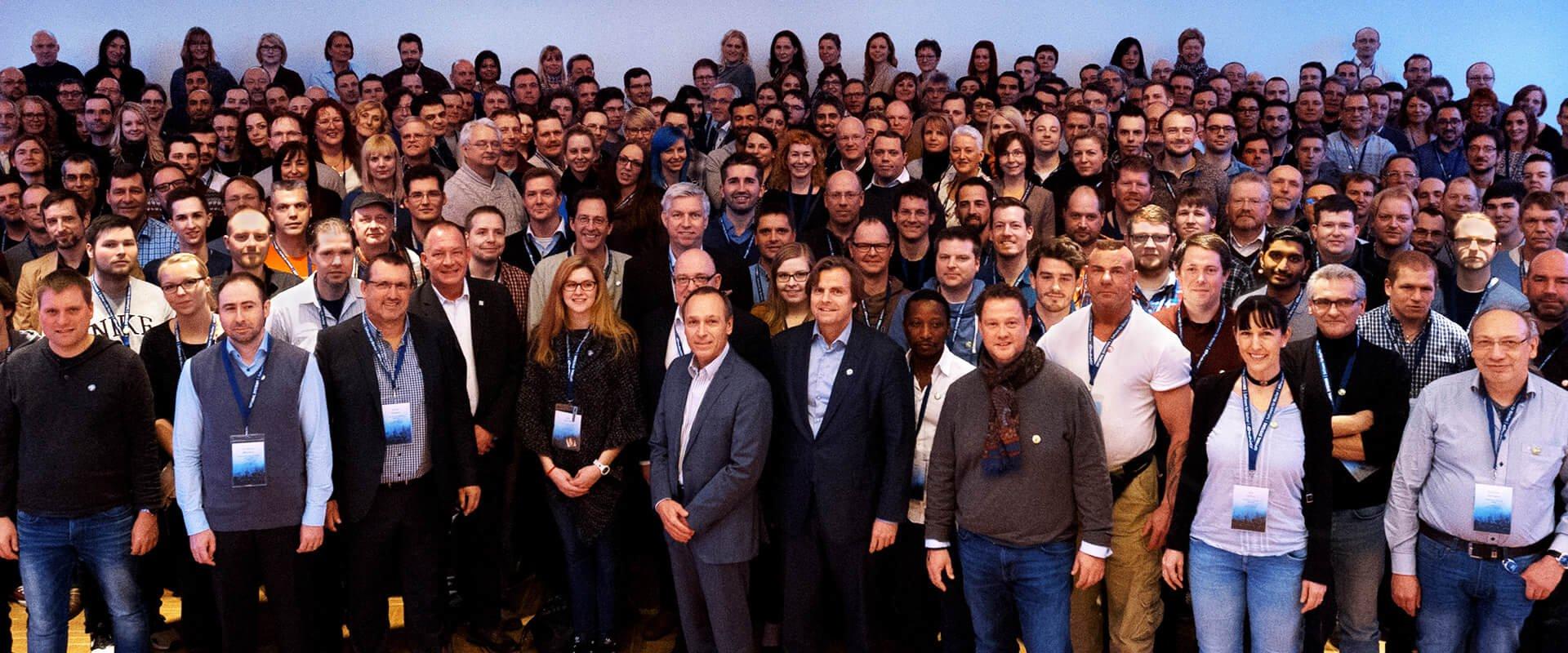 """Beitragsbild des Corporateblogs: """"DearEmployee und OPTIMAL SYSTEMS: Seit vier Jahren gemeinsam erfolgreich"""""""