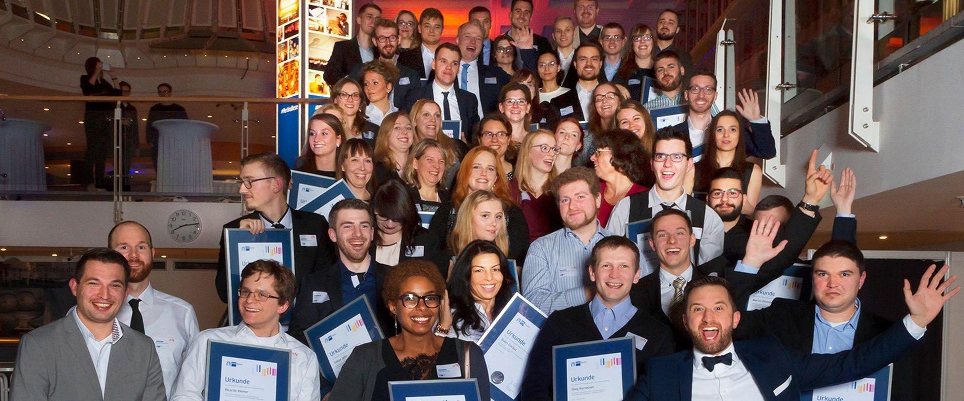 """Beitragsbild des Corporateblogs: """"IHK-Auszeichnung für Spitzen-Azubis von OPTIMAL SYSTEMS"""" Gruppenfoto der Spitzenazubis"""