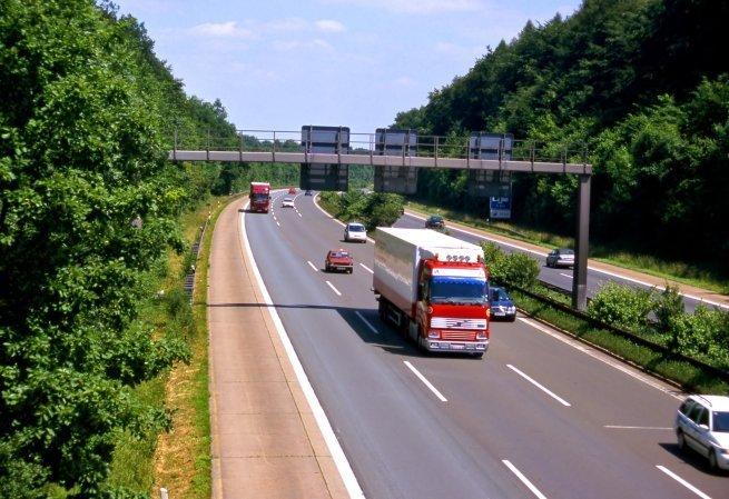Autos und LKW auf der Autobahn