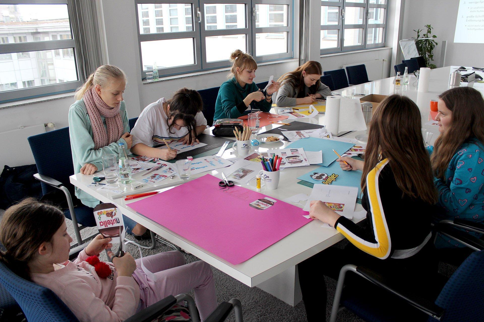 Schülerinnen beim Girls Day 2019 von OPTIMAL SYSTEMS