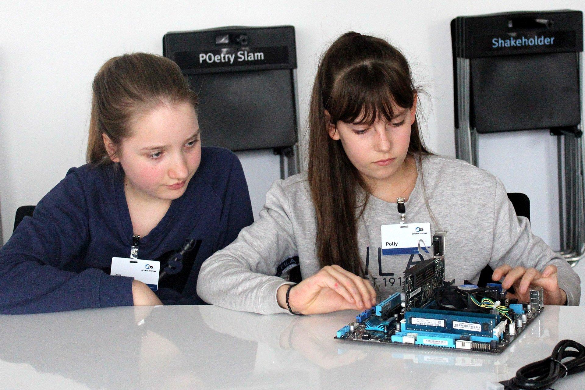 Zwei Schülerinnen auf dem Girls Day 2019 bei OPTIMAL SYSTEMS