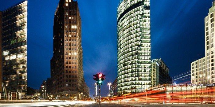 Ansicht des Potsdamer Platzes bei Nacht mit Bahntower und Kollhoff-Gebäude