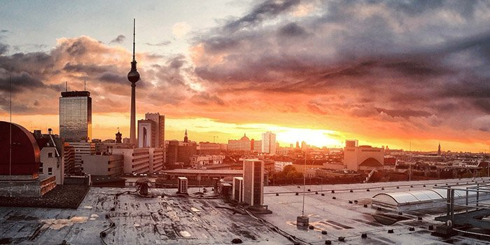 Berlin mit Fernsehturm bei Sonnenaufgang