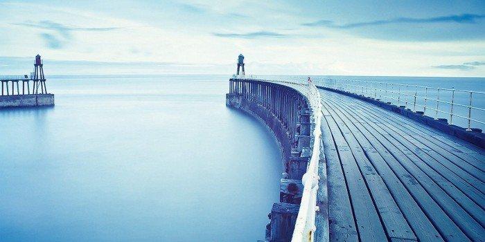 Blick von der Holzmole auf das Blaue Meer