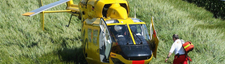 ADAC Helikopter landet auf einer Wiese