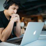 terminbilder mann schaut auf ein laptop