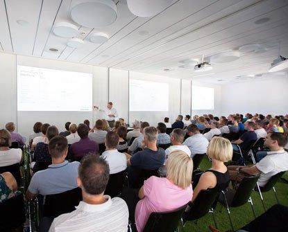 Zuschauer auf Stühlen während eines Vortrags
