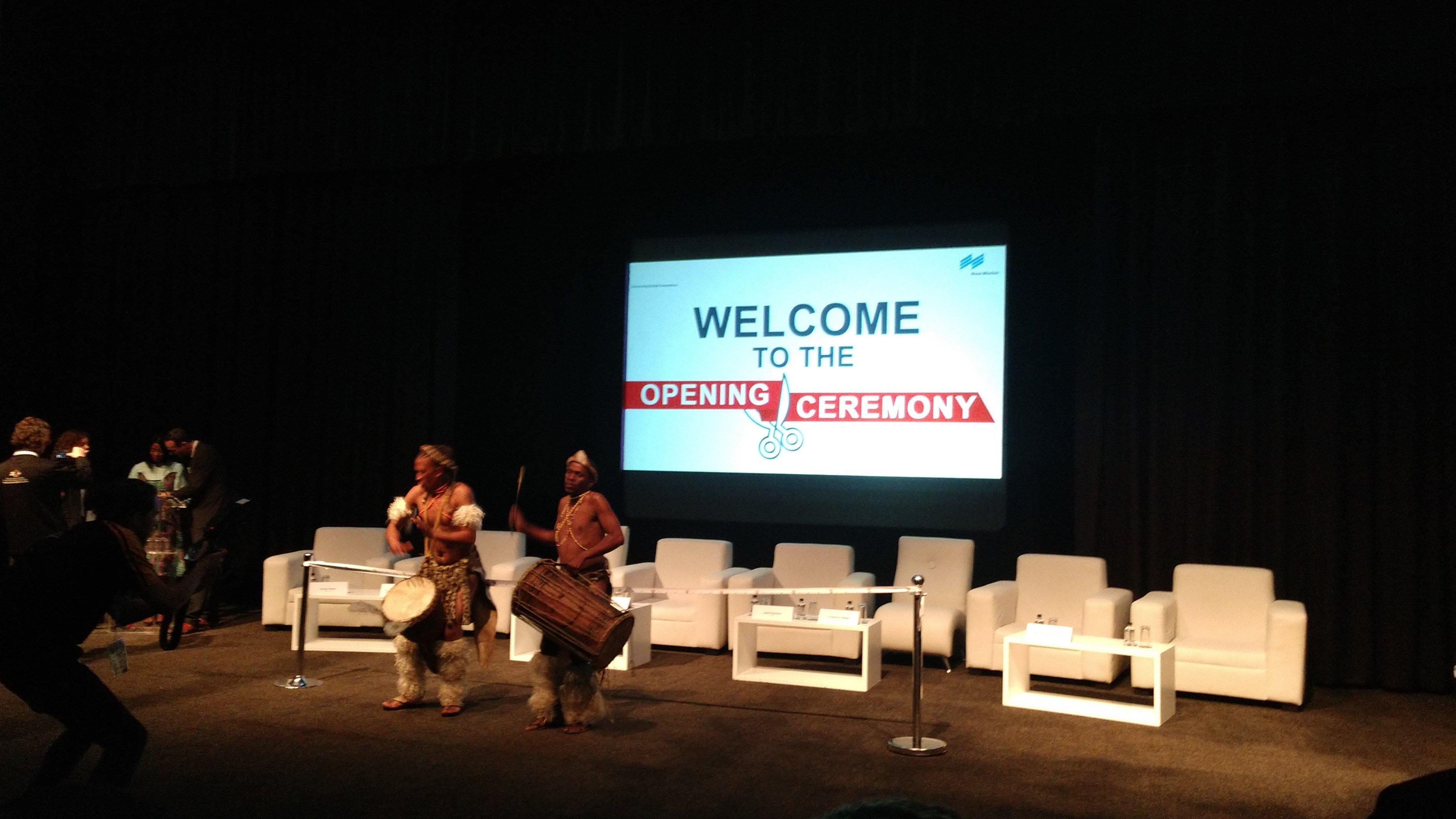 Trommel-Performance auf der Eröffnungsveranstaltung der Analytica Lab 2019 in Südafrika