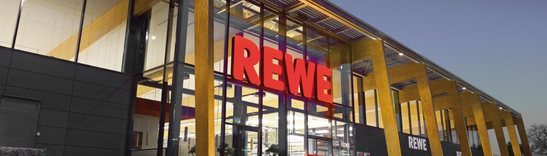 Frontansicht einer Rewe-Filiale