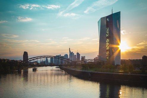 Über der Mainbrücke in Frankfurt geht die Sonne auf