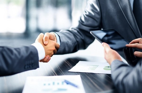 Nahaufnahme eines Händeschüttelns im Business-Kontext