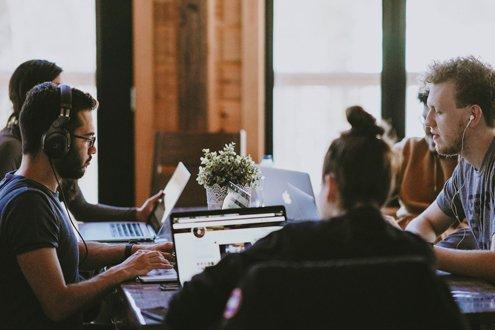 Menschen arbeiten zusammen an einem Tisch