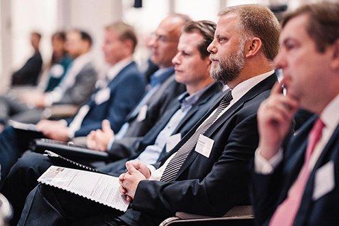 Eine Reihe von sitzenden Zuhörern bei einer Veranstaltung