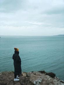 Tabea blickt aufs Meer