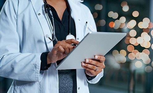 Ärztin tippt auf Tablet