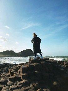 Tabea vor Landschaft in Belfast