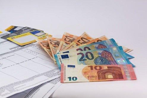 Geldscheine und Rechnung in Nahaufnahme