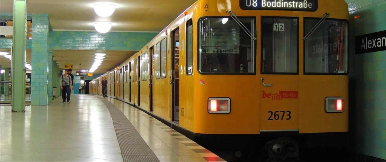 Berliner U-Bahn Linie 8 an der Haltestelle Alexanderplatz