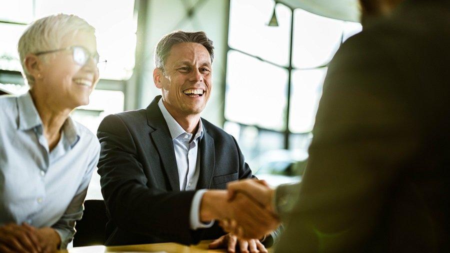 Handshake zum Vertragsabschluss