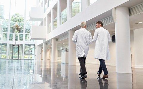 Ärzte auf dem Flur im Krankenhaus