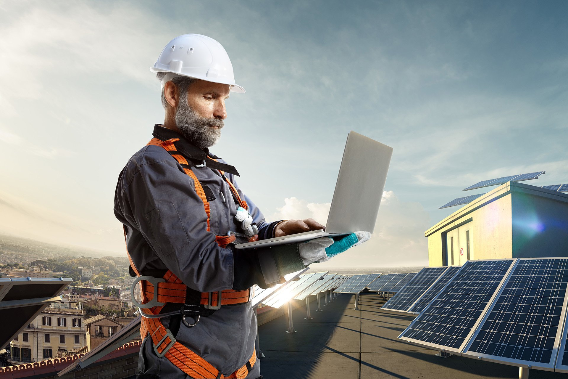 Bauarbeiter mit Helm und Laptop