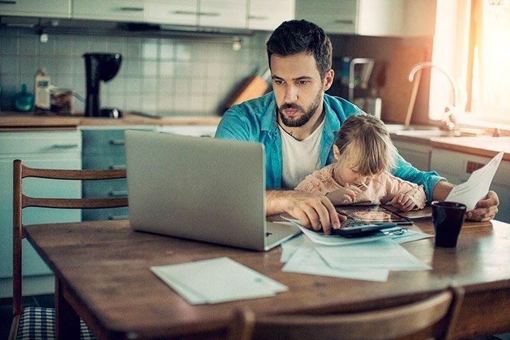 Vater und Tochter im Homeoffice
