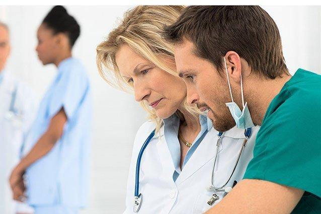 Ärztin und Arzt sprechen miteinander