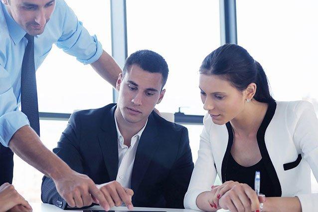 Arbeitskollegen schauen auf Tablet