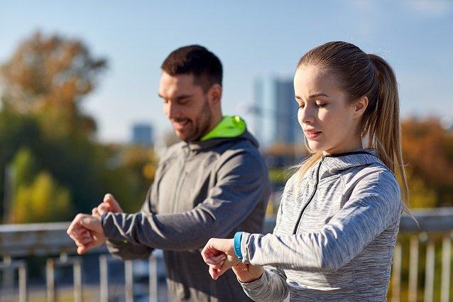 Jogger schauen auf ihre Smartwatches