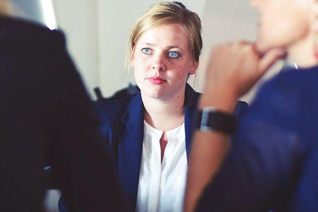 Frau in Bewerbungsgespräch