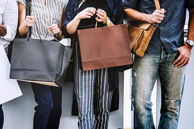 Gruppe mit Einkaufstaschen