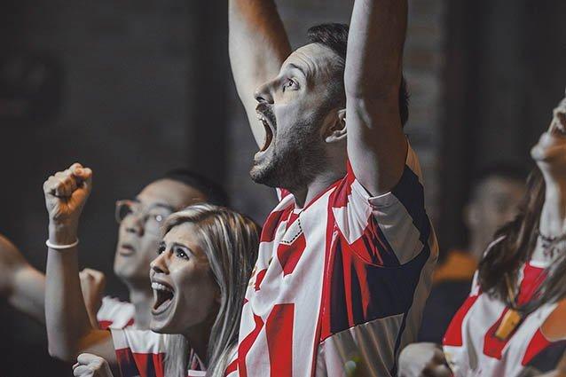 Jubelnde Fußball-Fans