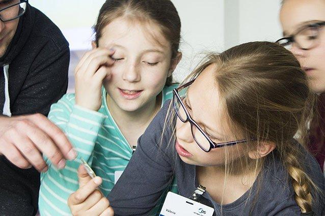 Mädchen betrachten Computerchip