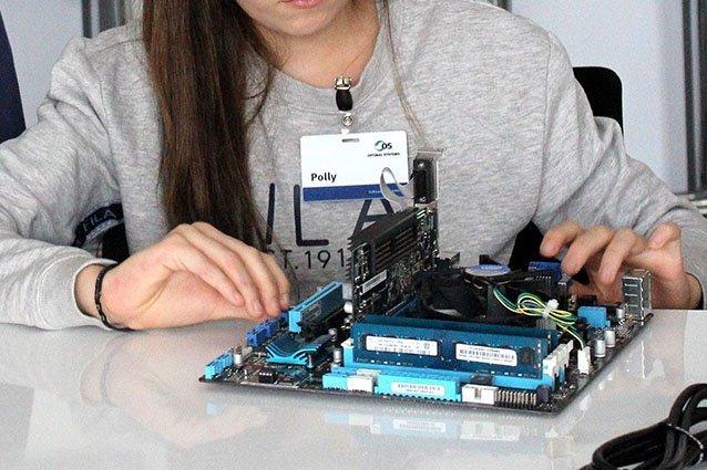 Mädchen mit Computerteilen