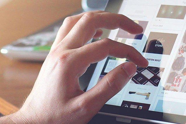 Nahaufnahme tippende Hände auf Tablet Rechnungsbearbeitung