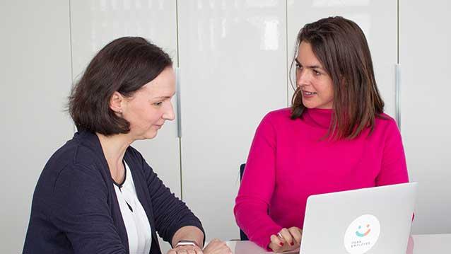 Jana Blankenhagen, HR-Leitung von OPTIMAL SYSTEMS und Dr. Amelie Wiedemann
