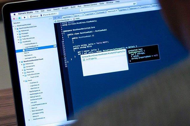 Schulterblick auf Laptop mit Programmiercode