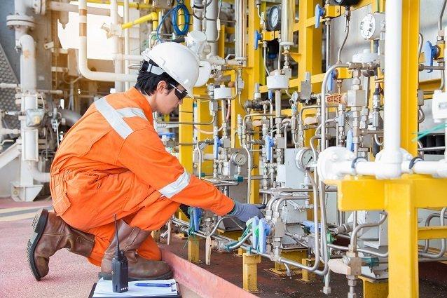 Fabrikarbeiter an einer Maschine Beitragsbild