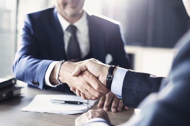 Geschäftspartner geben sich die Hand Beitragsbild
