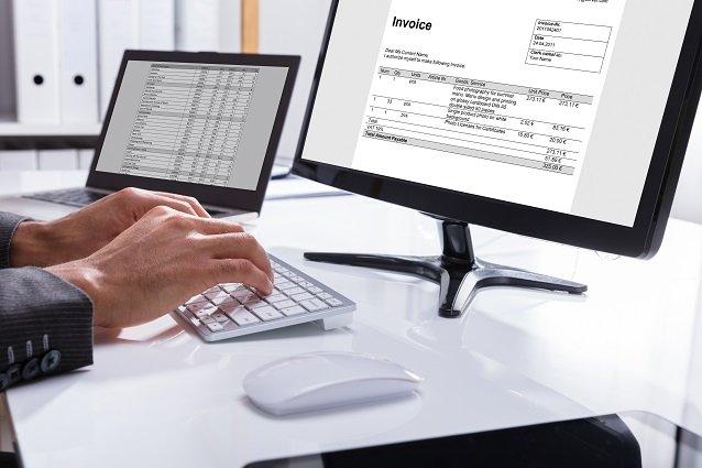 Hände tippen auf Tastatur Beitragsbild