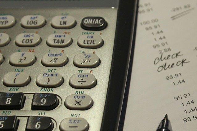 Taschenrechner und Abrechnungsbeleg