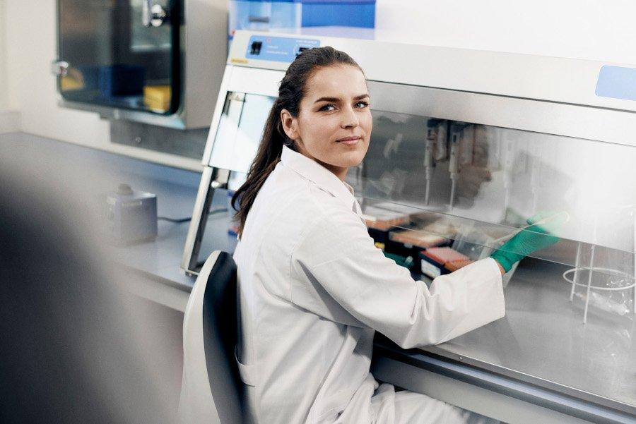 Frau im Labor am Tisch