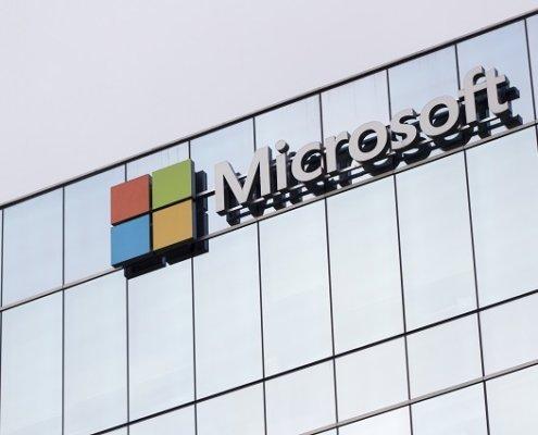 Microsoft-Logo auf Bürogebäude Beitragsbild