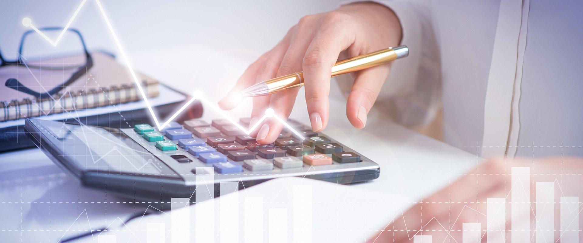 Frau tippt kalkuliert Preise im Taschenrechern
