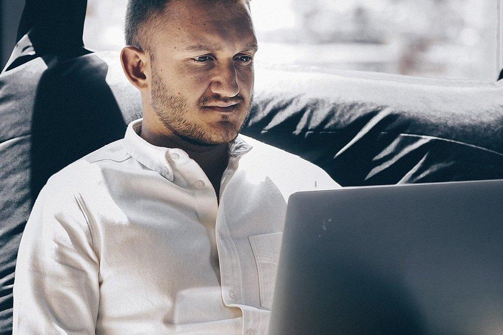 Mann lässig am Laptop