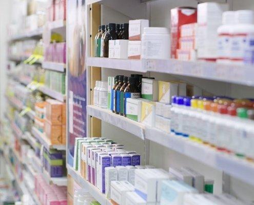 Apotheke Regal mit Arzneimitteln Beitragsbild