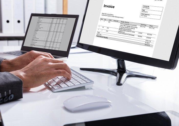 Hände auf Tastatur - Rechnungseingang