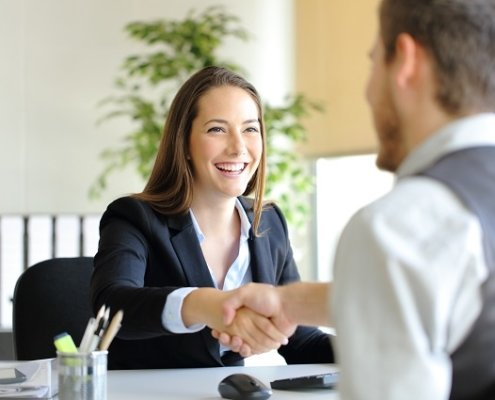 Geschäftsleute geben sich Shakehand Beitragsbild