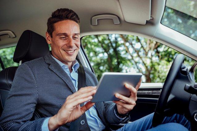 Fahrzeugakte-Tablet-Mann-Terminbild