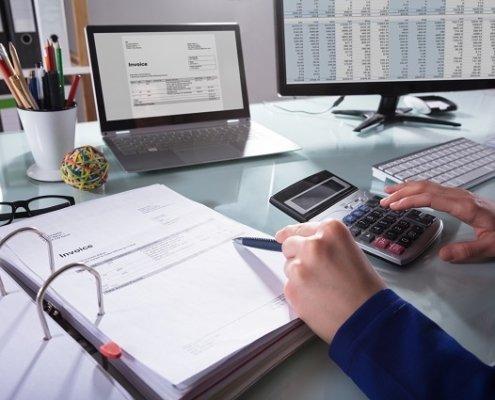 Buchhalter bearbeitet Rechnung Beitragsbild